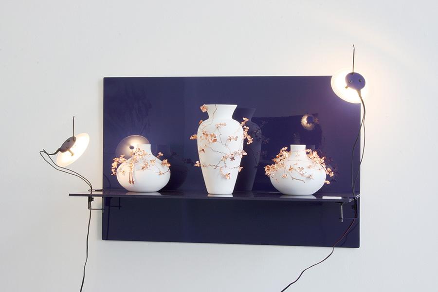 Vases Terra Incognita de Wiebke Meurer et Michèle Rochat sur T-shelf de Dimitri Bähler et lampe Satellite de Béatrice Durandard