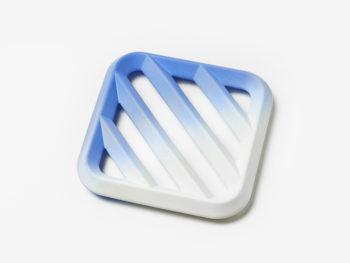 Plat à fruits Grid dégradé, grand modèle bleu, Tomas Kral pour Kissthedesign. Photo © Nicolas Genta
