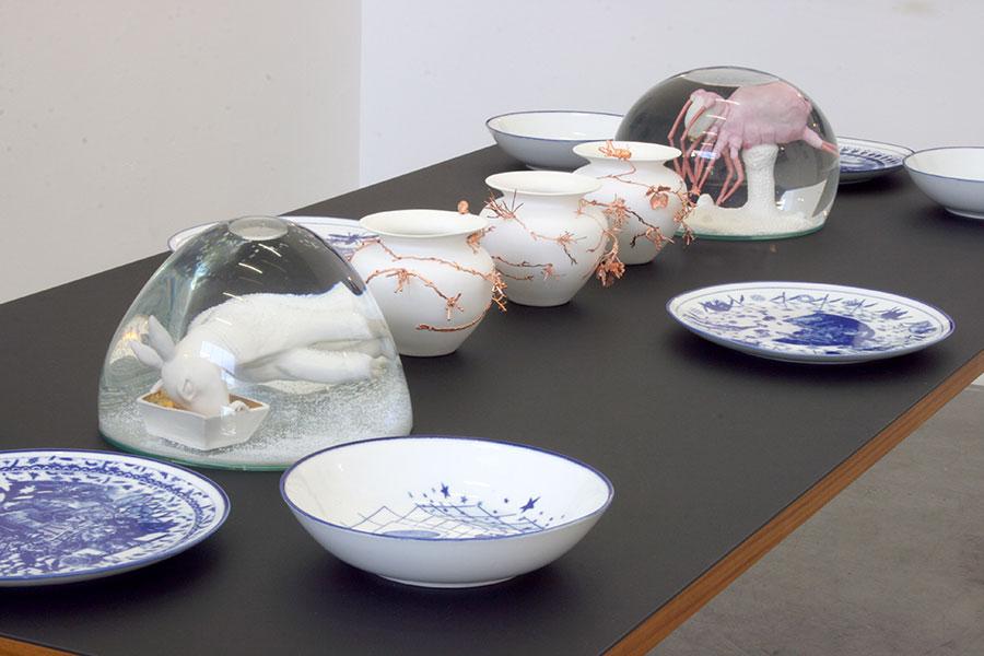 Vue de l'exposition, assiettes Martin Hyde, boules à neige Marianne Eggimann, vases Wiebke Meurer et Michèle Rochat