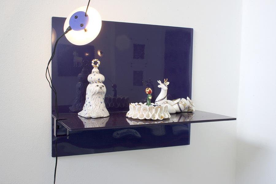 Porcelaines de Makiko Nakamura sur T-shelf de Dimitri Bähler et lampe Satellite de Béatrice Durandard