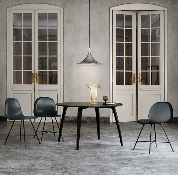 Table ronde et chaises GUBI, Komplot Design, suspension Semi