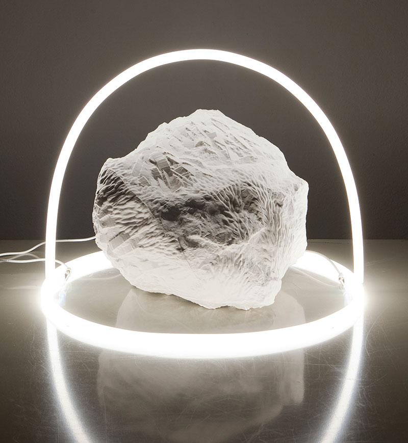 """""""La tendresse des pierres II"""", porcelaine et tubes néon, Laure Gonthier. Pièce unique, 2015. Photo: Pénélope Henriod"""