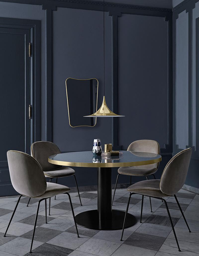 Miroir F.A.33 de Gio Ponti, chaises Beetle de GamFratesi, table 2.0 et suspension Semi, Gubi