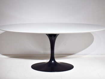 Dining tulip table, oval top, Eero Saarinen, Knoll.