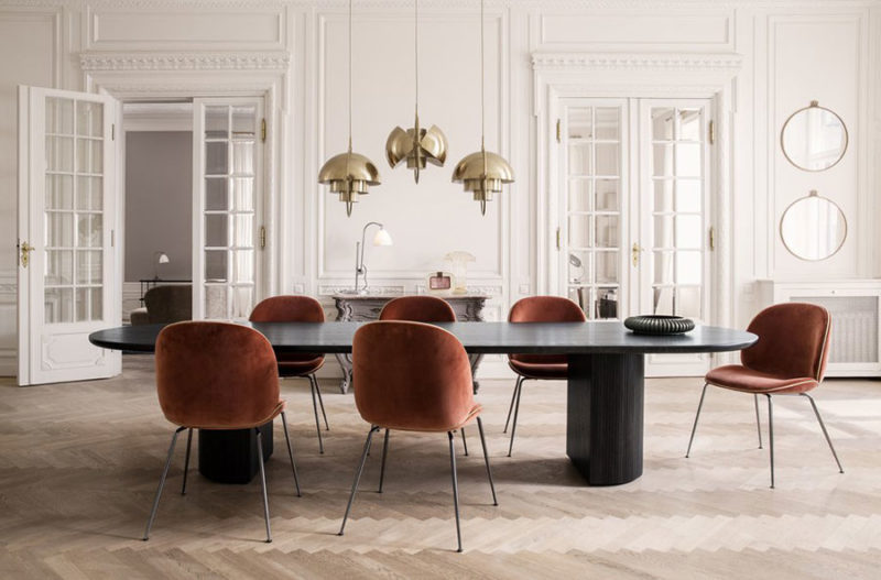 Gubi, suspensions Multi-Lite laiton de Lous Weisdorf, chaises Beetle de Gam Fratesi et miroirs Randaccio de Gio Ponti