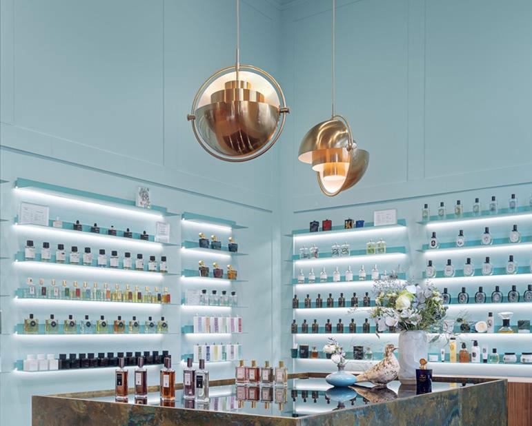 suspension Multi-Lite laiton de Louis Weisdorf Gubi à Galilu Olfactory en Pologne, architecture d'intérieur par Mana Design